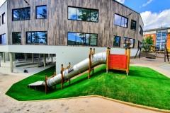 Plac zabaw pokryty trawą syntetyczną